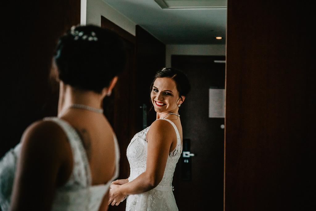 panna młoda tuż przed ceremonią zaślubin w białej sukni