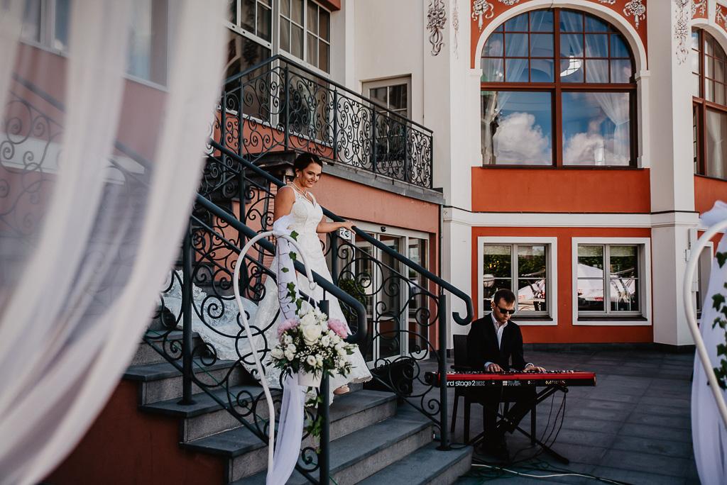 panna młoda zbliża sie do urzędniak stanu cywilnego Sopot hotel