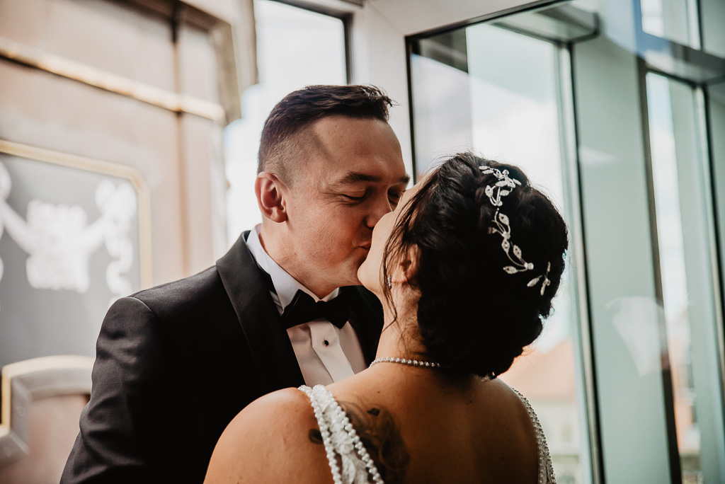 pierwszy pocałunek narzeczonych tuż przed ślubem hotel sheraton Sopot fotograf na ślub