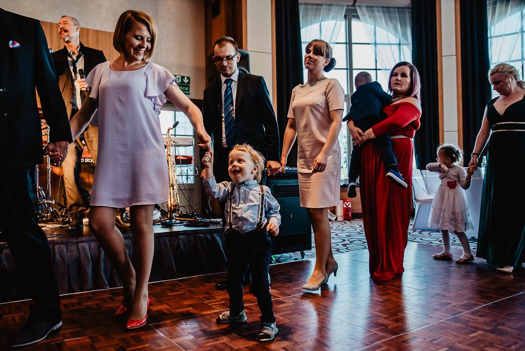 zabawa na weselu z dziećmi