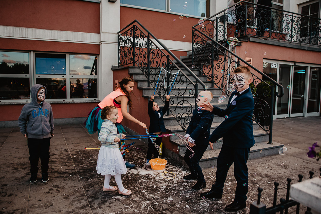 animatorka na wesele co robić z dziećmi na weselu puszczanie baniek