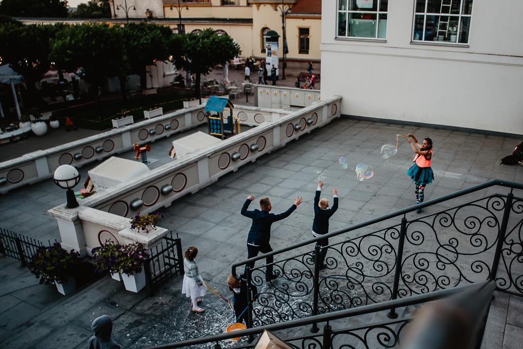 animatorka na wesele co robić z dziećmi na weselu puszczanie baniek Sopot wesele