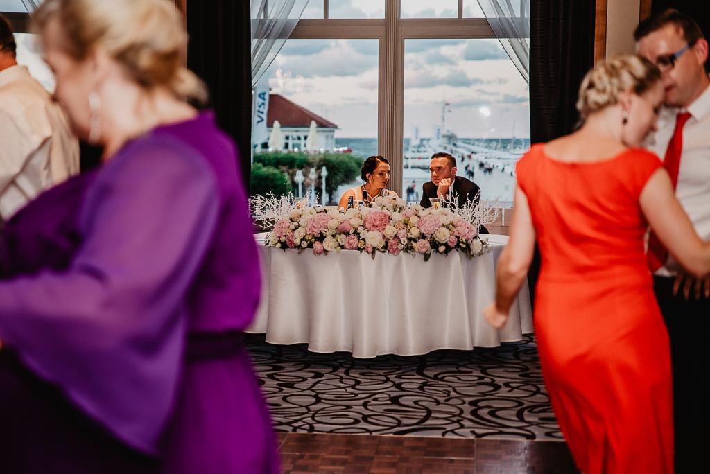 widok z okna hotel sheraton Sopot para młoda na weselu