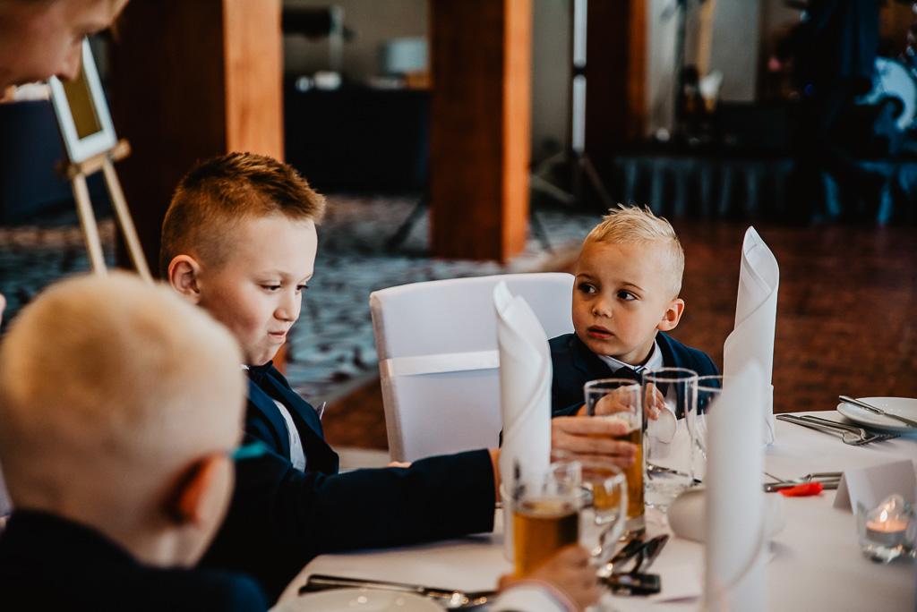dzieci na weselu osobny stolik