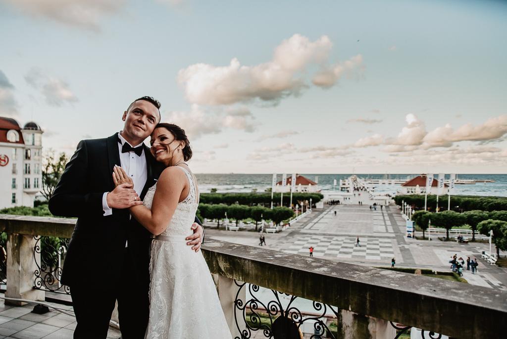 para młoda na ślubnej sesji plenerowej w Sopocie hotel sheraton sopot fotograf