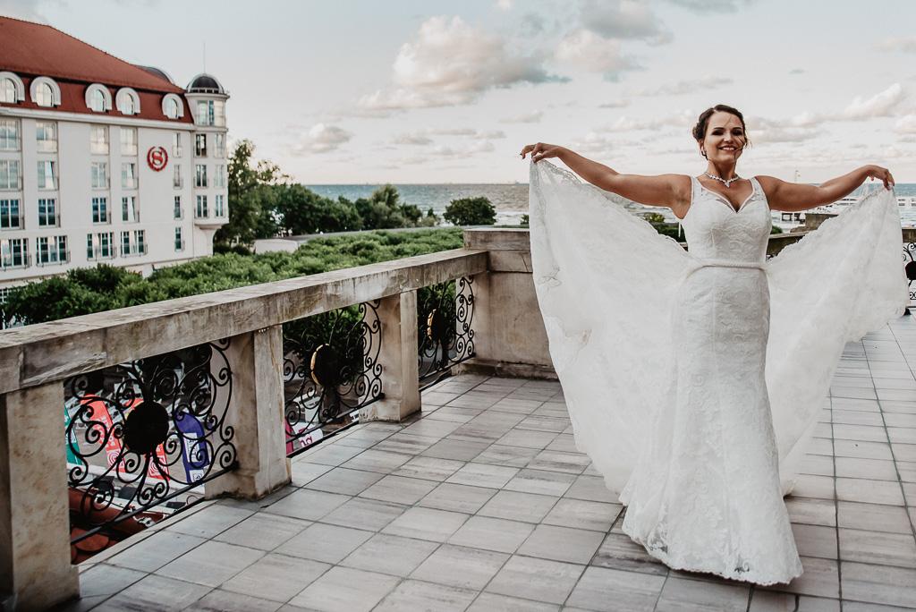panna młoda na ślubnej sesji plenerowej w Sopocie hotel sheraton sopot fotograf