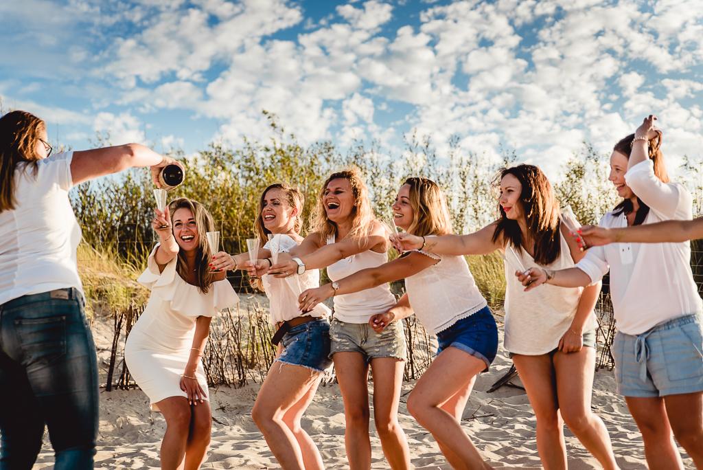 dziewczyny tańczą na plaży wieczór panieński