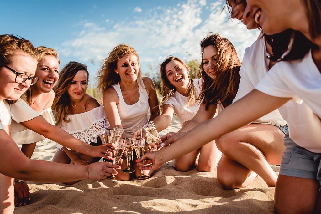 dziewczyny piją drinki na plaży wieczór panieński