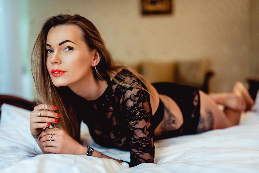 kobieta leży w koronkowym body na łóżku hotel Faltom Trójmiasto