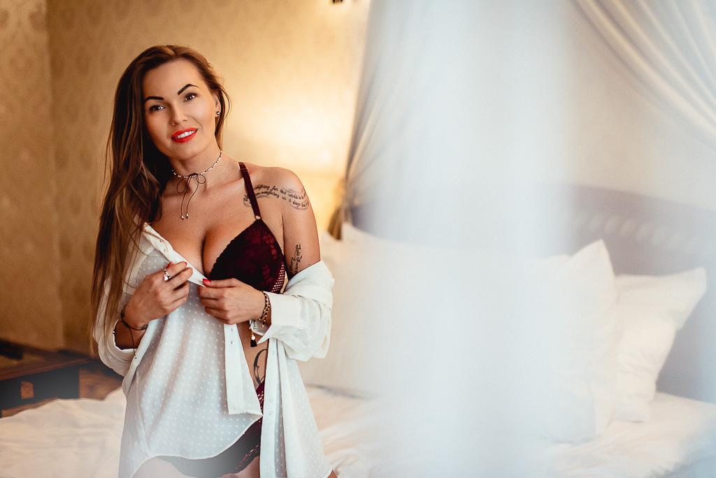 kobieta w czarnej zmysłowej bieliźnie na łóżku hotelowym Trójmiasto