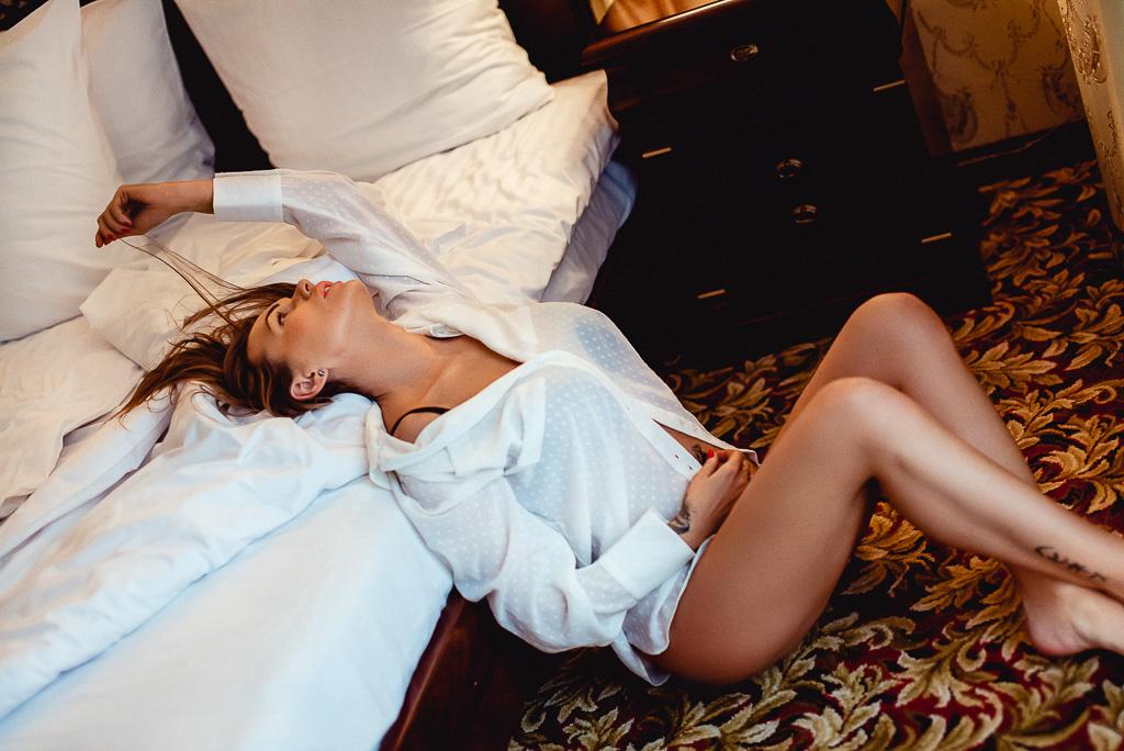 seksowna młoda kobieta w koszuli apartament Hotel Faltom Trójmiasto