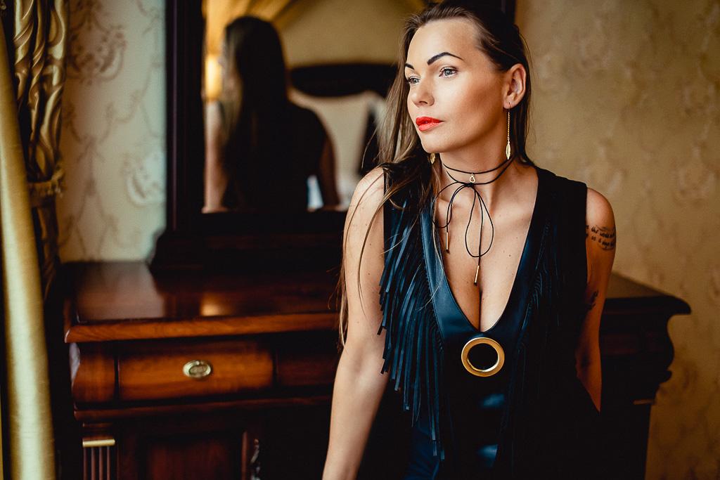 Czarny naszyjnik, czyli choker typu obroża sesja sensualna kobiety