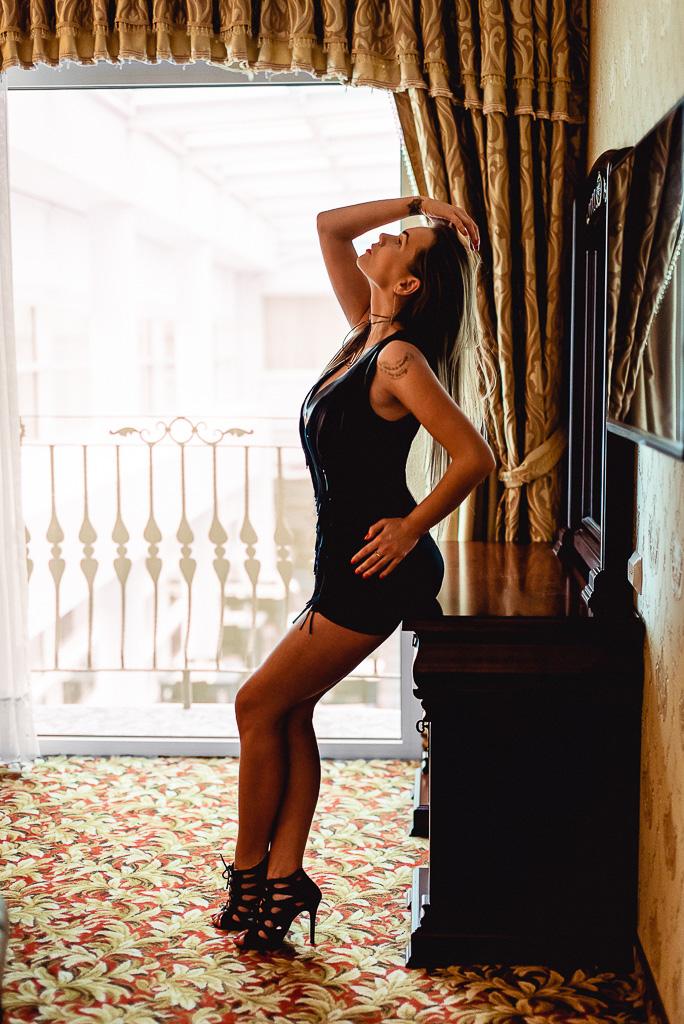kobieta w obcisłej skórzanej sukience hotel Faltom Rumia