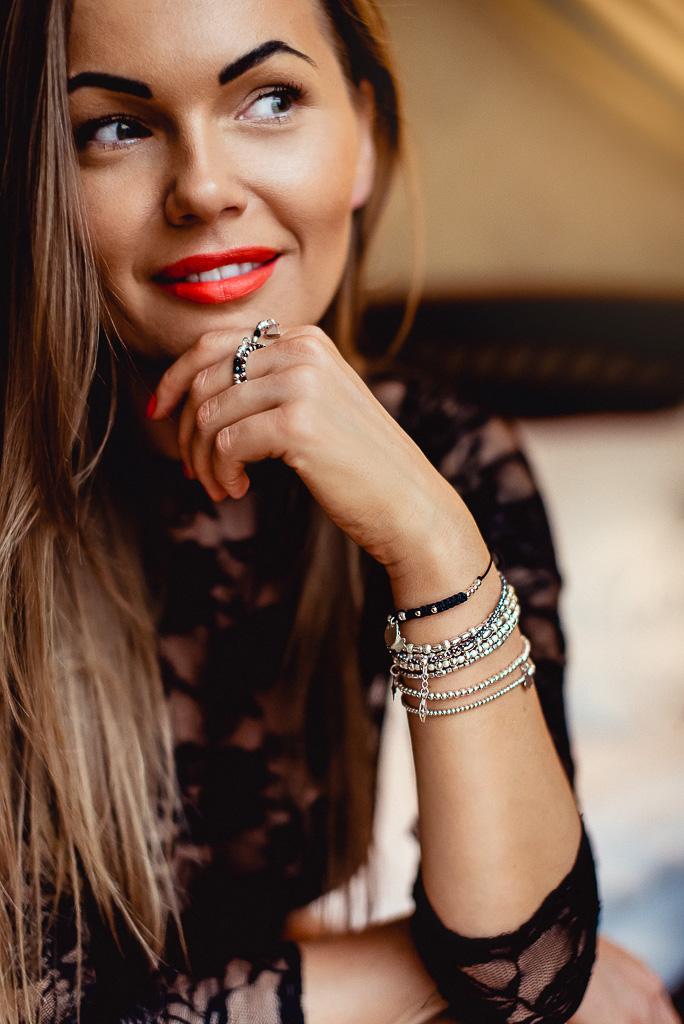zmysłowe fotografie kobiet biżteria na ręce czerwona szminka