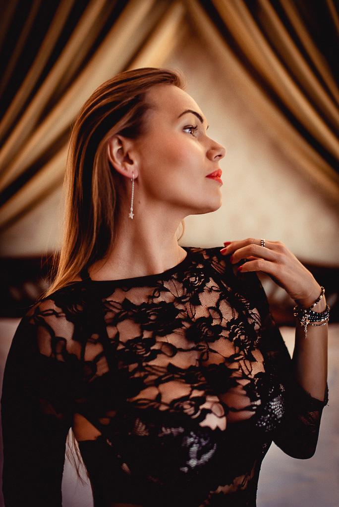 kobieta w czarnym koronkowym body na łóżku Hotel Trójmiasto
