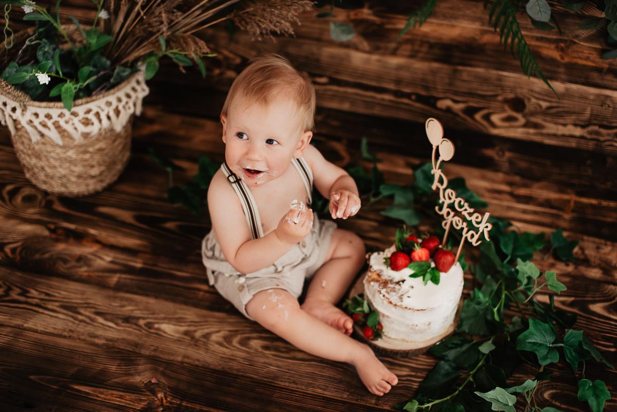truskawki na torcie sesja zdjęciowa dla roczniaka