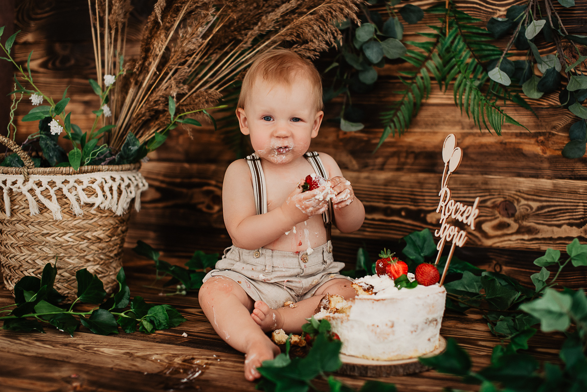 sesja zdjęciowa dziecka z torcikiem studio Gdynia