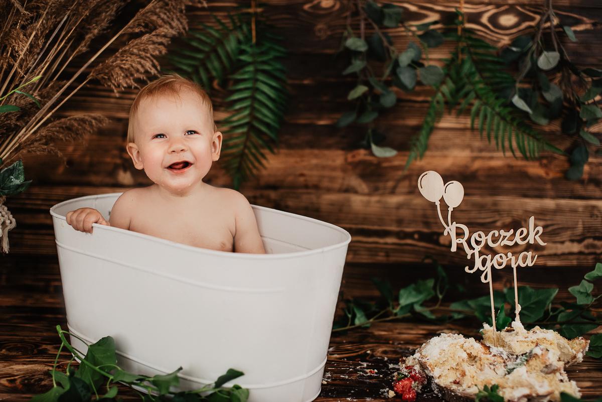 chłopiec się śmieje sesja zdjęciowa