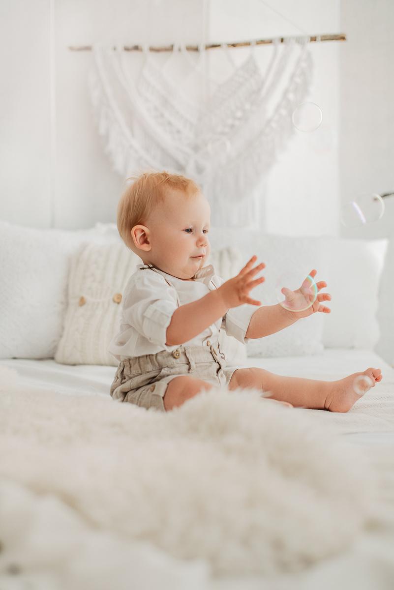 sesja studyjna dziecka na roczek w bieli