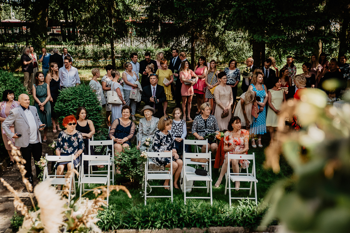 goście na ślubie w ogrodzie Trójmiasto