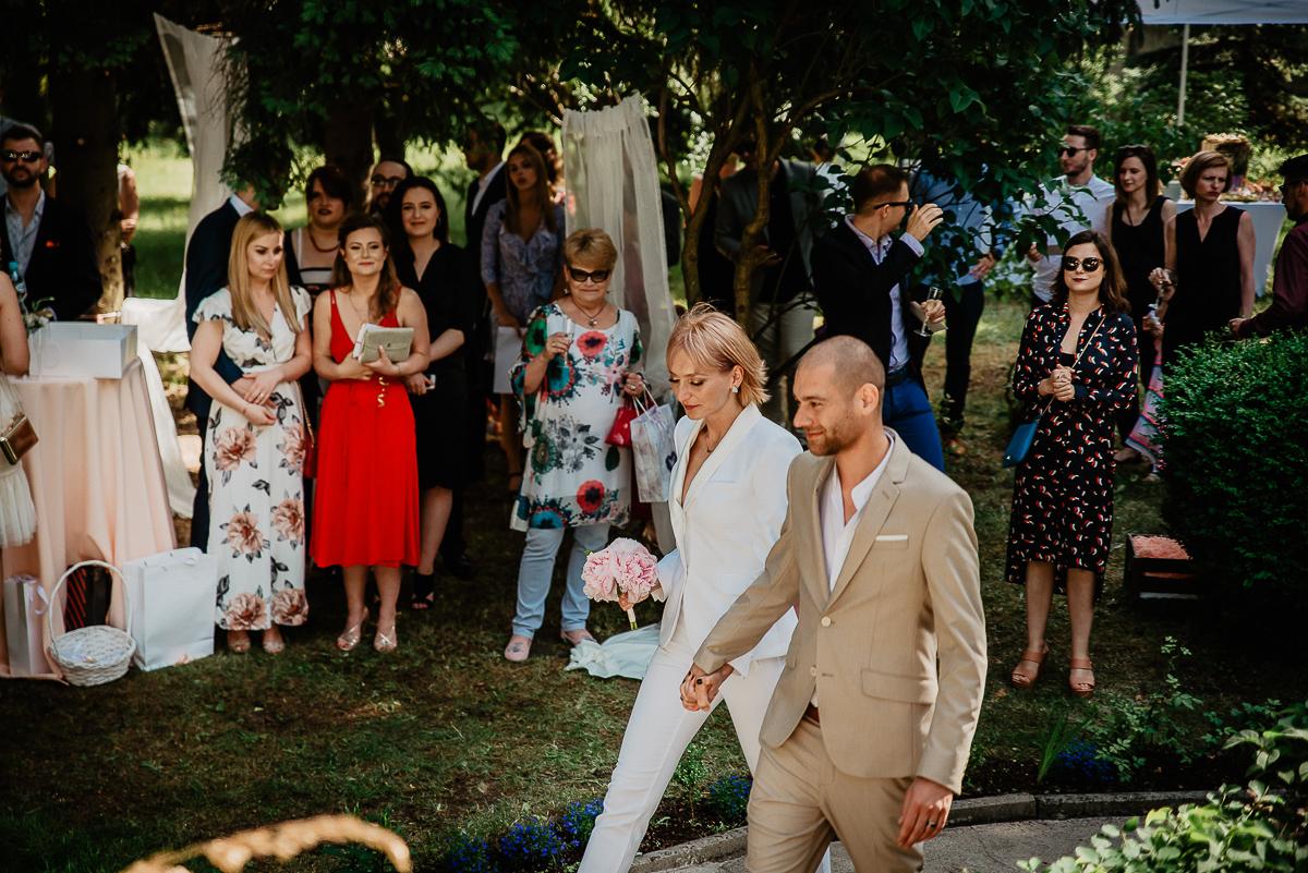 para młoda wchodzi na ceremonię ślubu