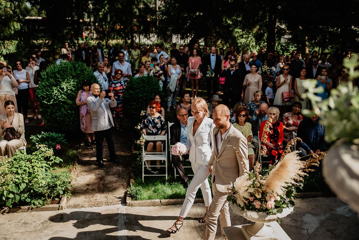 para młoda wchodzi na ceremonię ślubu Trójmiasto