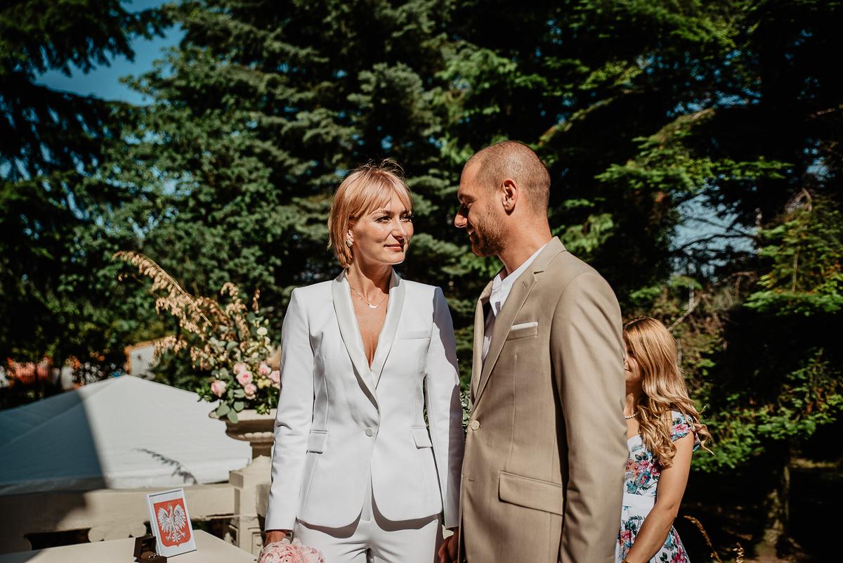 para młoda patrzy na siebie ceremonia ślubu