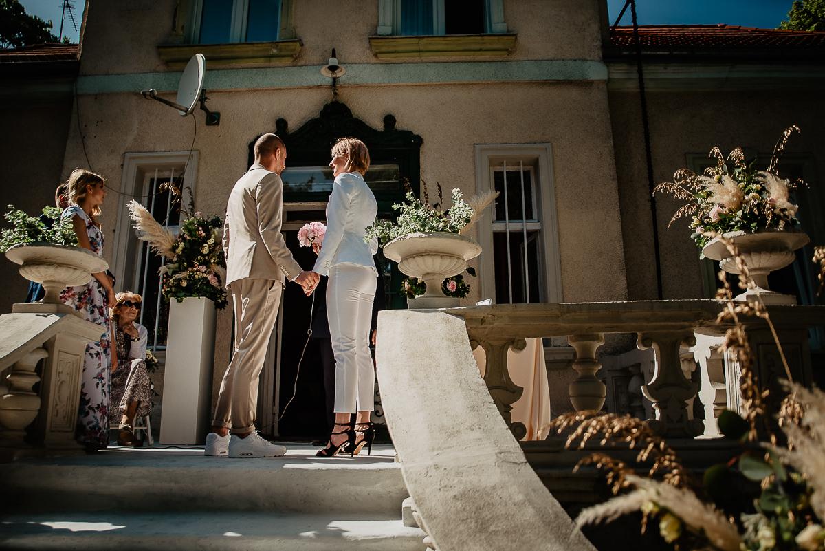 para młoda ślub w ogrodzie kamienica babci