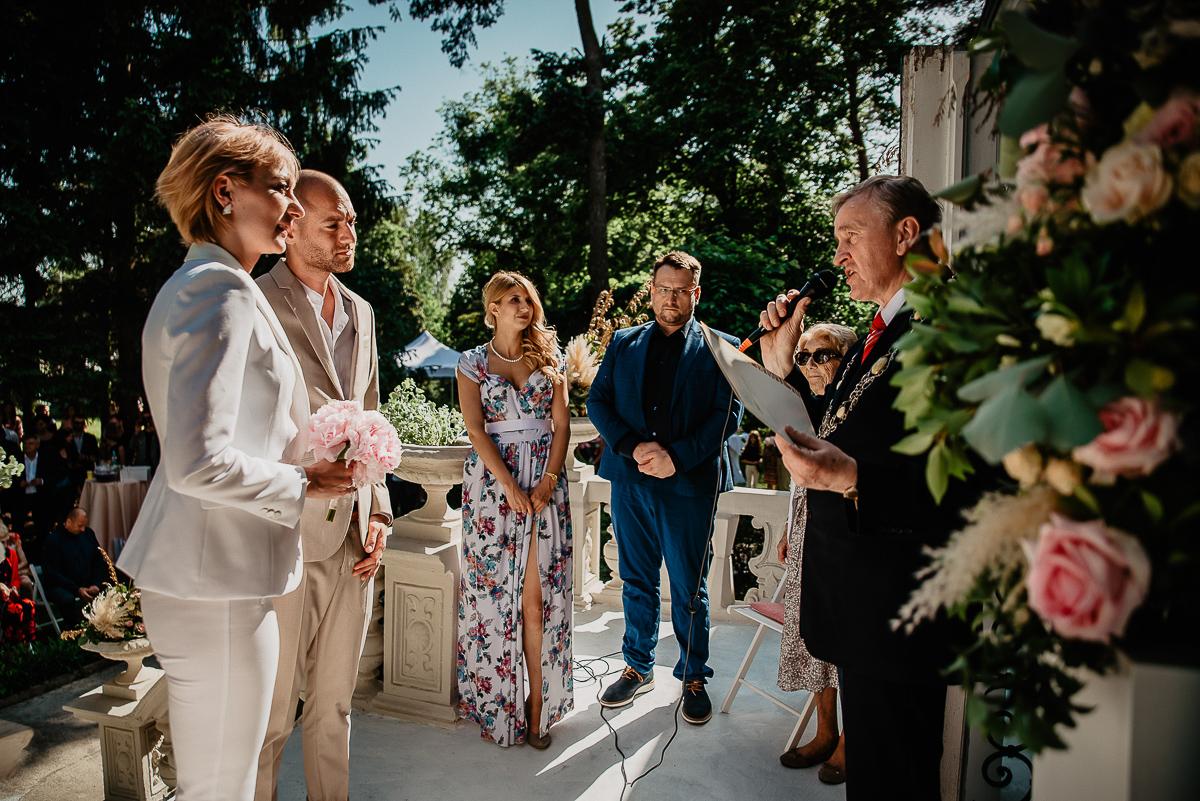 urzędnik stanu cywilnego na ślubie w plenerze