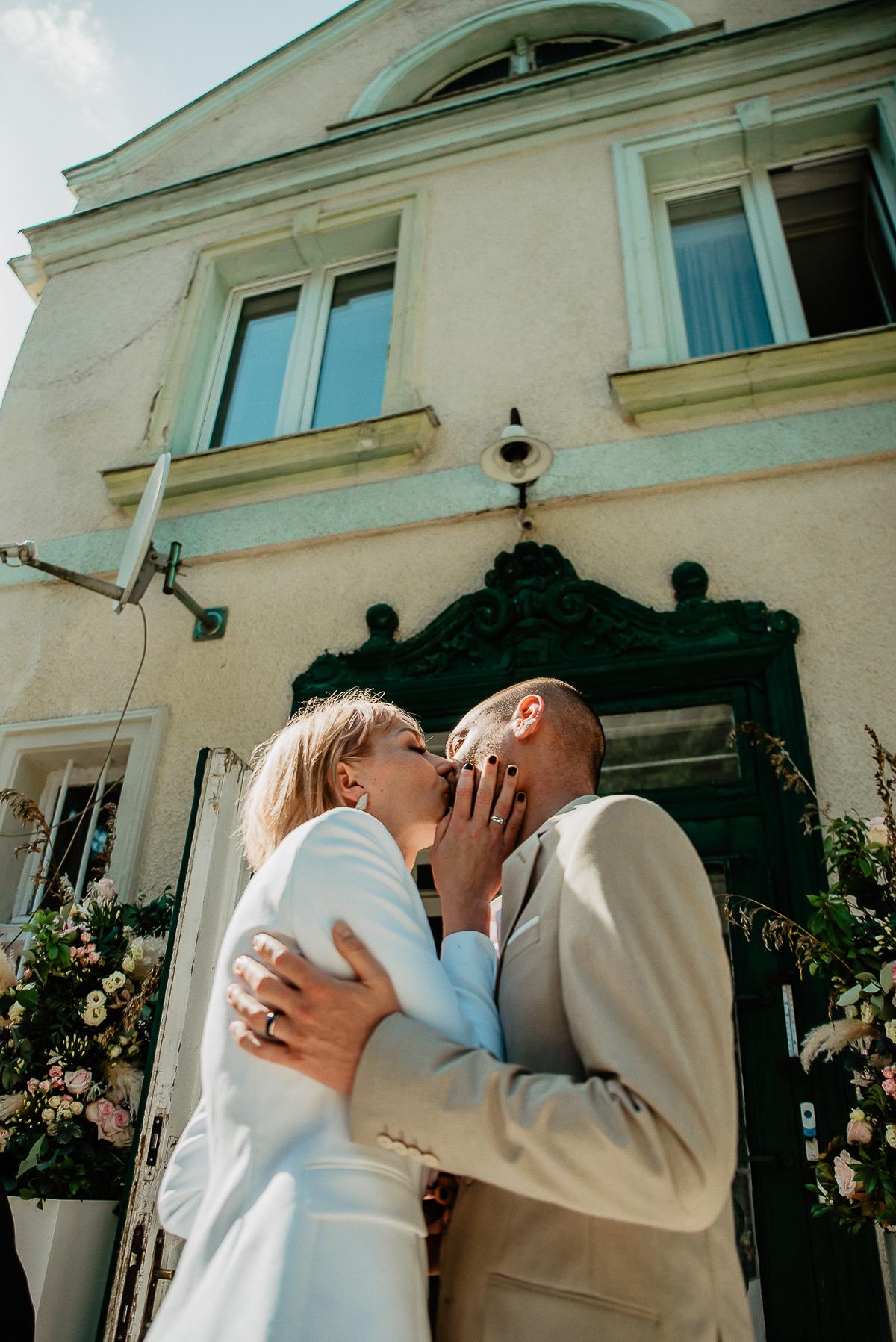 para młoda całuje się na ślubie cywilnym humanistycznym