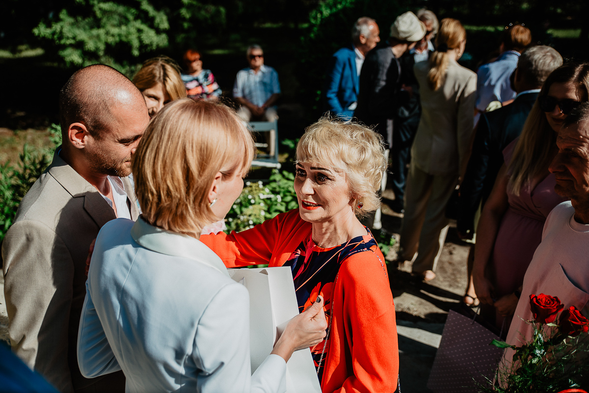 goście składają życzenia parze młodej ślub w plenerze Trójmiasto