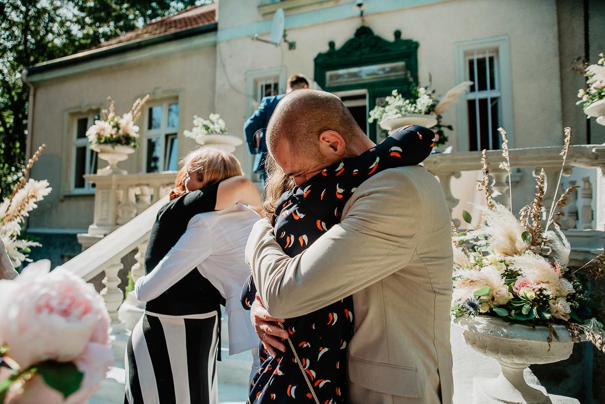 siostra składa życzenia parze młodej ślub w plenerze Trójmiasto