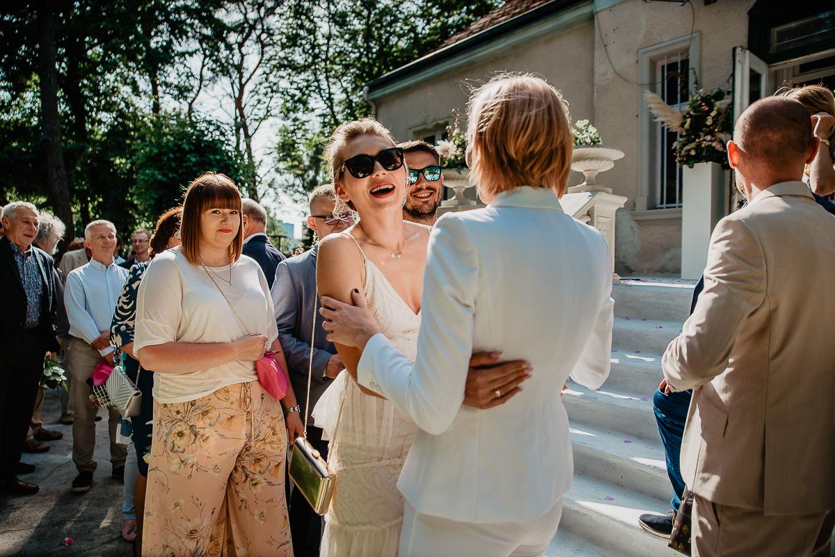 znajomi goście składają życzenia parze młodej ślub w plenerze Trójmiasto