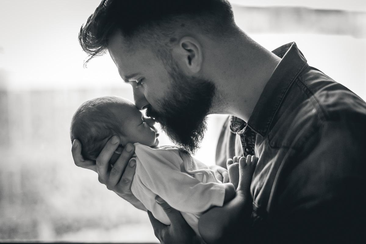 tata całuje synka pierwsze chwile w domu