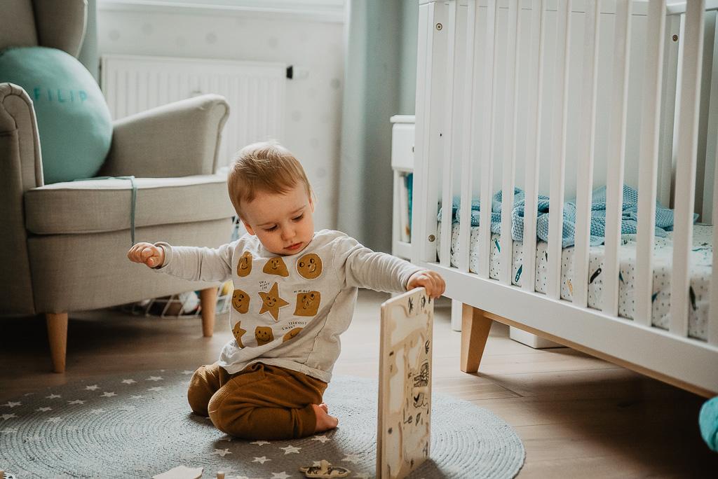 dziecko roczne bawi się zabawkami