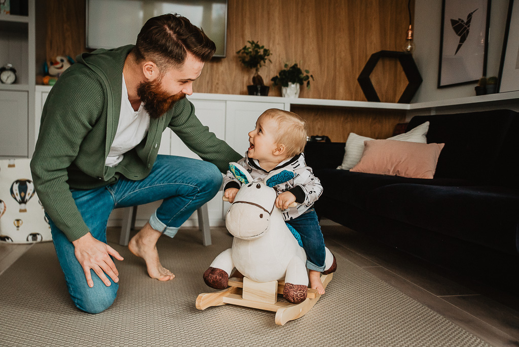 dziecko jeździ na koniku
