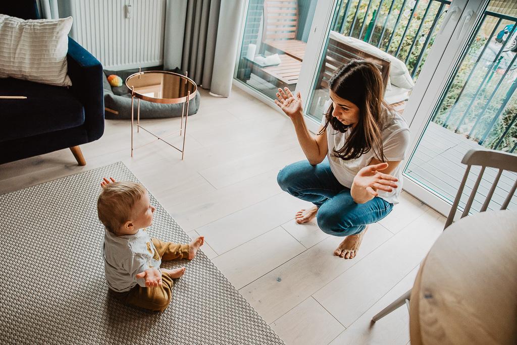 mama bawi się z synkiem w domu