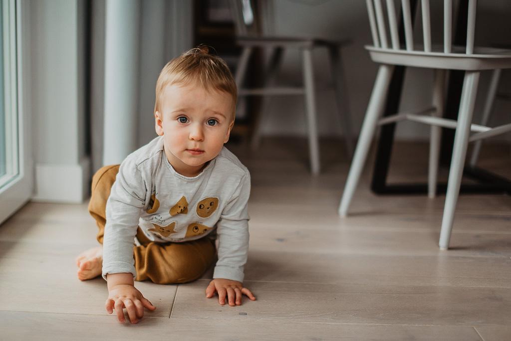 dziecko roczne raczkuje