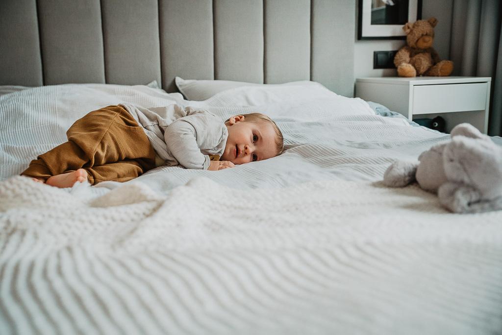 dziecko odpoczywa na łóżku