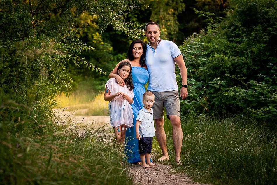 4 osobowa rodzina na łące