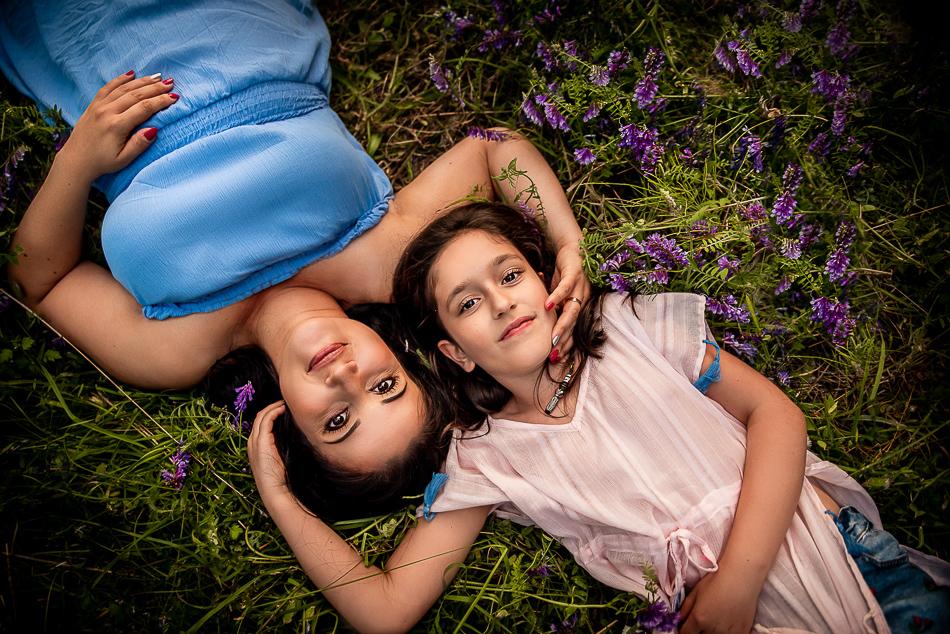 mama i córka przytulają się na trawie