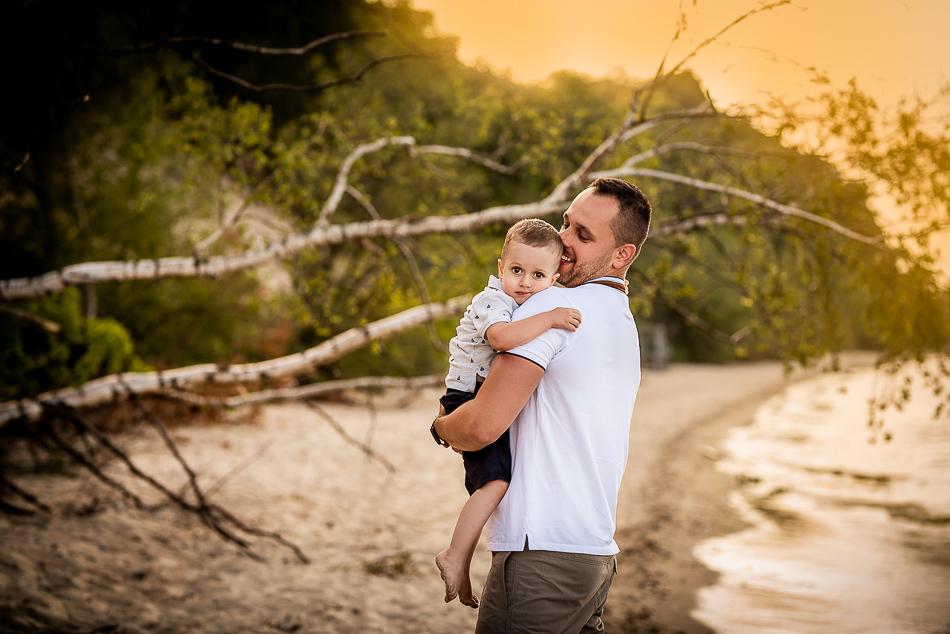 tata z synkiem na plaży w Gdyni Orłowie