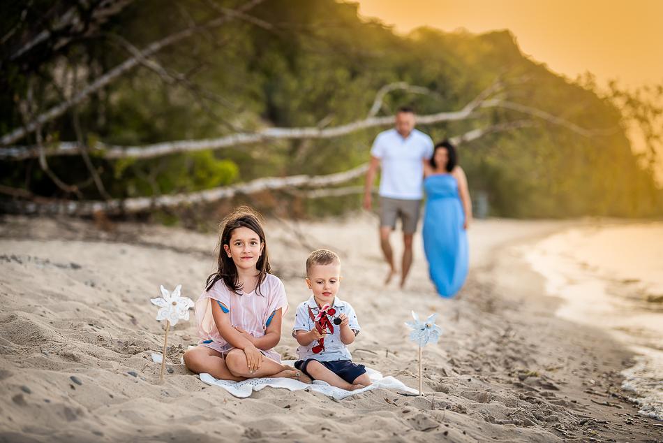 dzieci bawią się na plazy na piasku