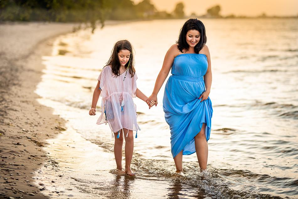 mama z córką w wodzie nad morzem
