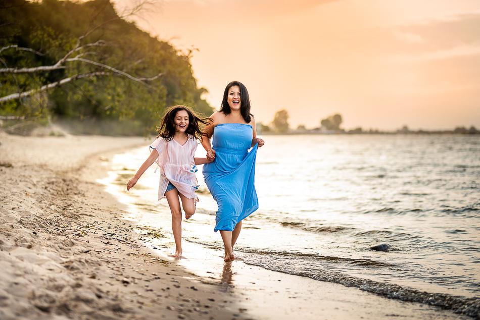 letnie szaleństwa na plaży mama i córka