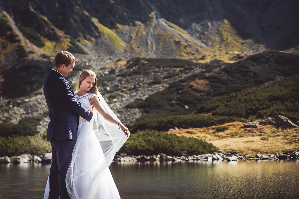 Sesja zdjęciowa ślubna w górach biały welon wieje na wietrze