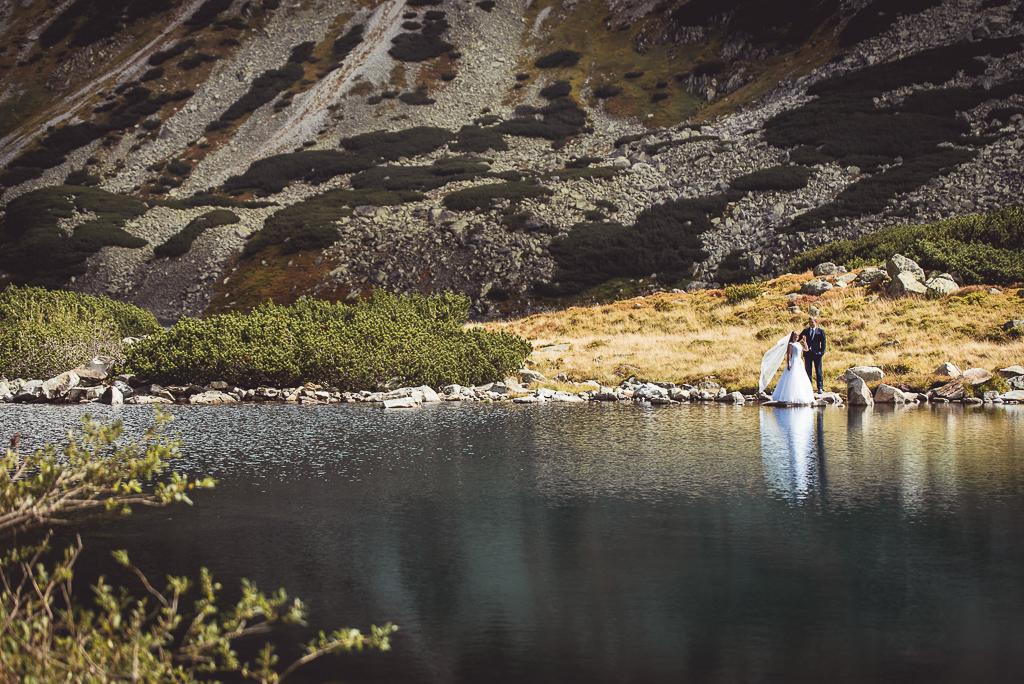 Para młoda w drodze do Morskiego Oka w Zakopanem sesja w górach