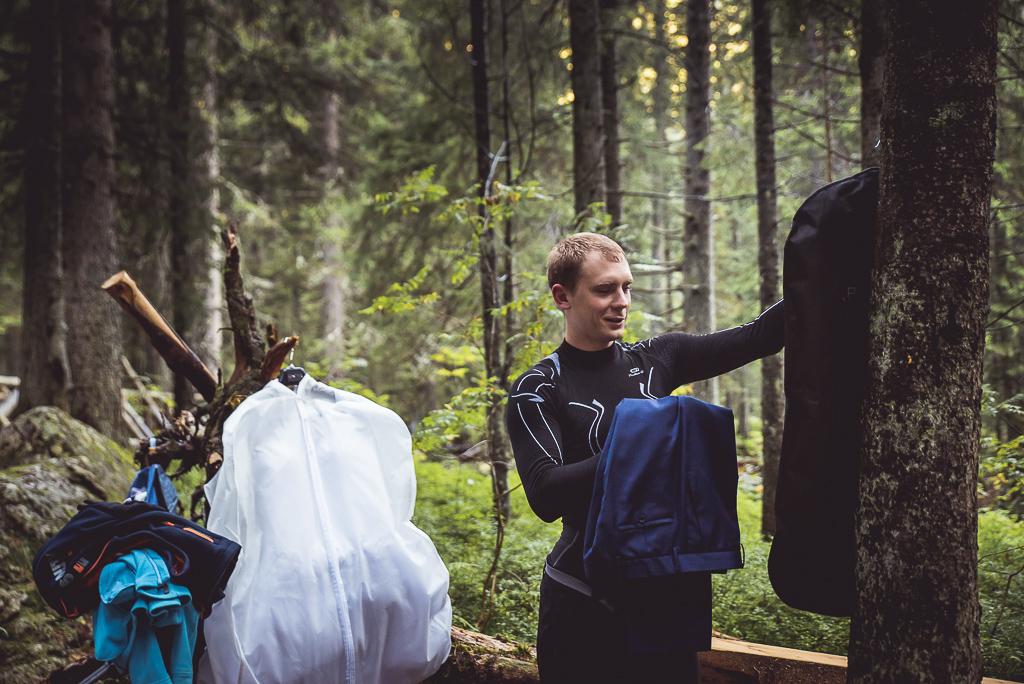przygotowania do sesji w górach na szlaku Tatrzański Park Narodowy fotografia ślubna