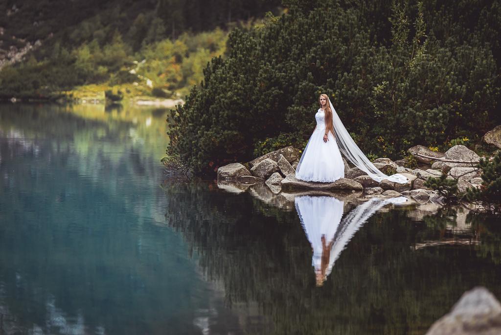 pani młoda w sukni ślubnej nad morskim okiem