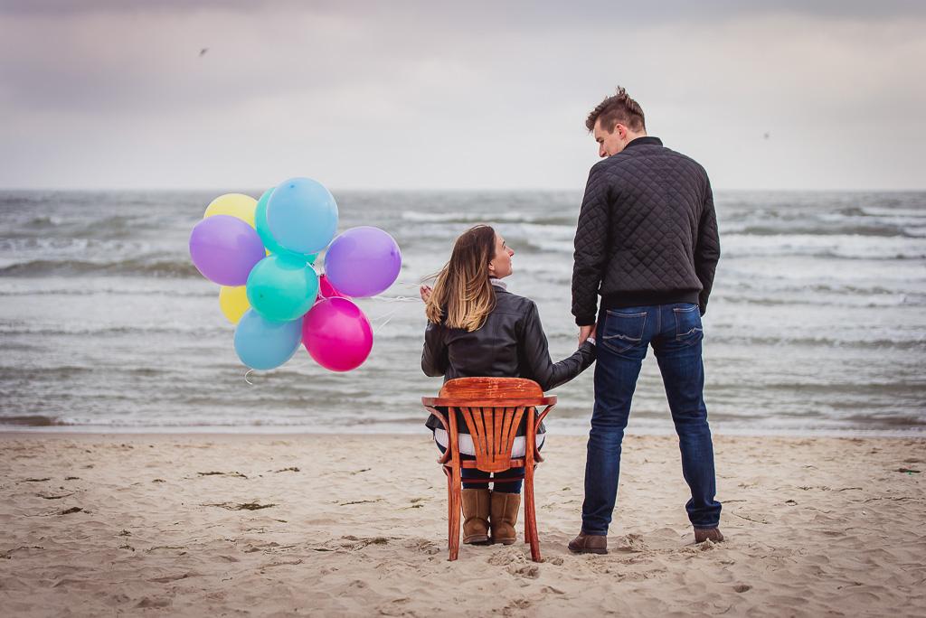Sesja dla zakochanych w Sopocie na plaży z balonami